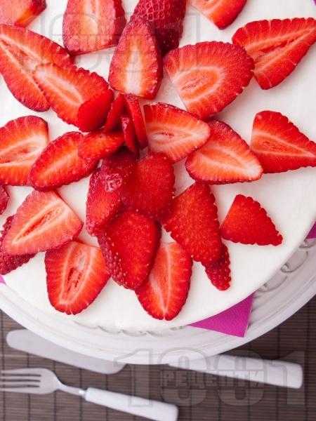 Кокосова сладоледена торта с ягоди, сметана и сирене крема - снимка на рецептата